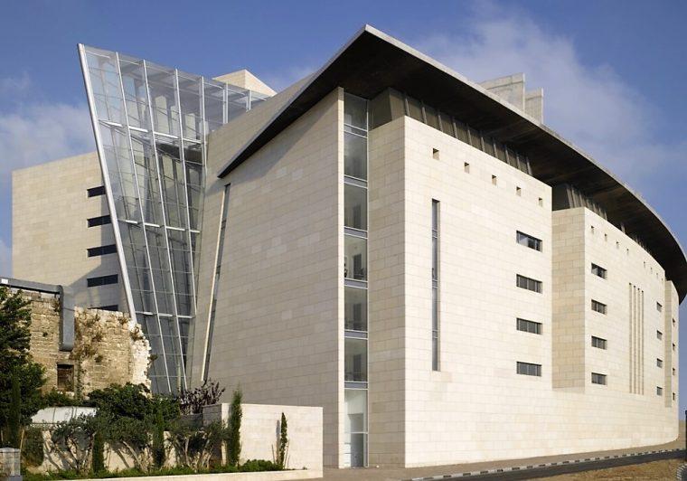 גניבה בידי מורשה | עורכת דין שגנבה כספי פקדונות – עבודות שירות. בתמונה: היכל המשפט בחיפה.